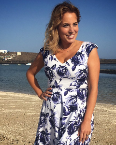 Jasmine Harman wearing the Swingkleid Fleur (Ink Blau)