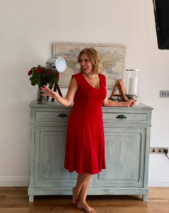 Jasmine Harman wearing the Kleid Olivia (Chili Pepper)
