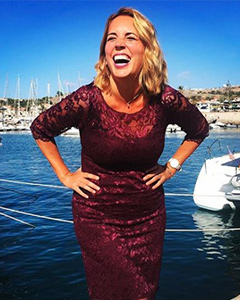 Jasmine Harman wearing the Kleid Lila kurz