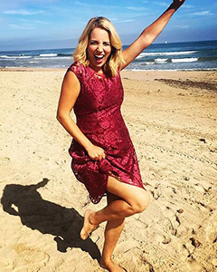 Jasmine Harman wearing the Kleid Paris (Scharlach)