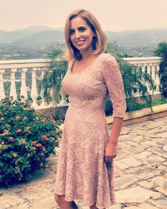 Jasmine Harman wearing the Kleid Arabella (Orchid Blush)